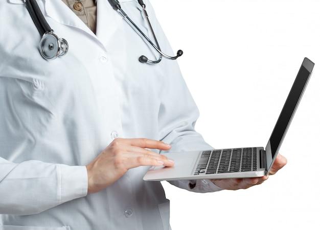 Médica, segurando um laptop, isolado
