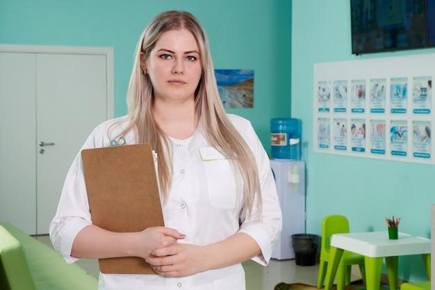 Médica segurando uma prancheta com registros. assistência médica, seguro, prescrição, conceito de trabalho de papel médico
