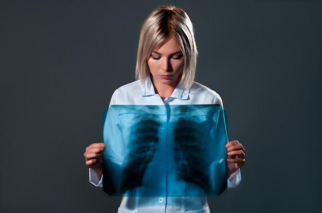 Médica segurando uma radiografia de tórax