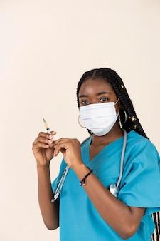 Médica segurando uma seringa com vacina