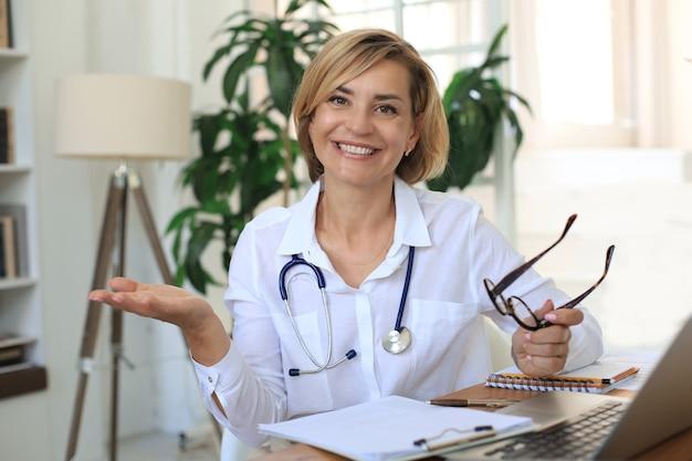 Médica terapeuta médica em consulta.