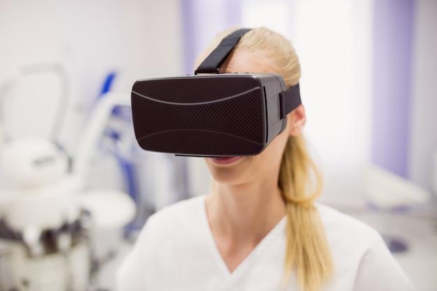 Médica usando fone de ouvido de realidade virtual