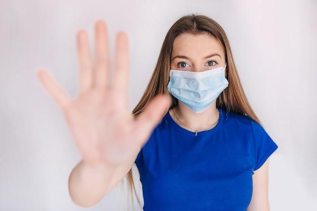 Médica, usando máscara facial de proteção contra coronavírus.