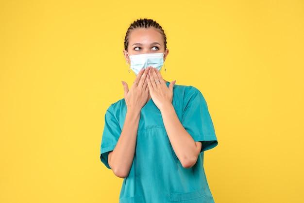 Médica vista frontal com máscara e camisa médica, enfermeira pandêmica vírus hospitalar saúde covid-