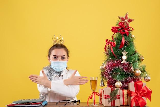 Médica vista frontal com máscara estéril e coroa