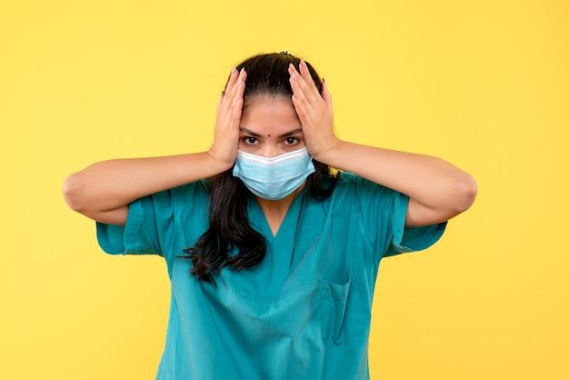Médica vista frontal segurando a cabeça em pé