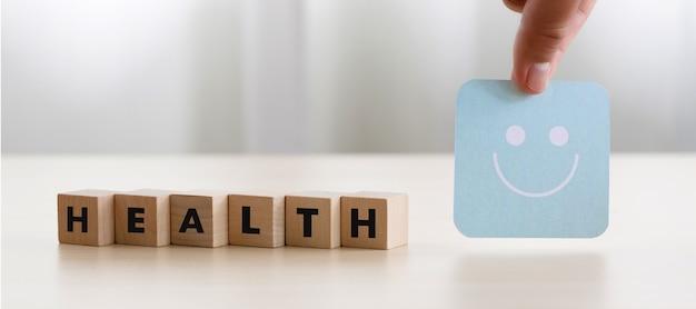 Medical and health escolhendo avaliação de feedback feliz bem em rever experiência de atendimento
