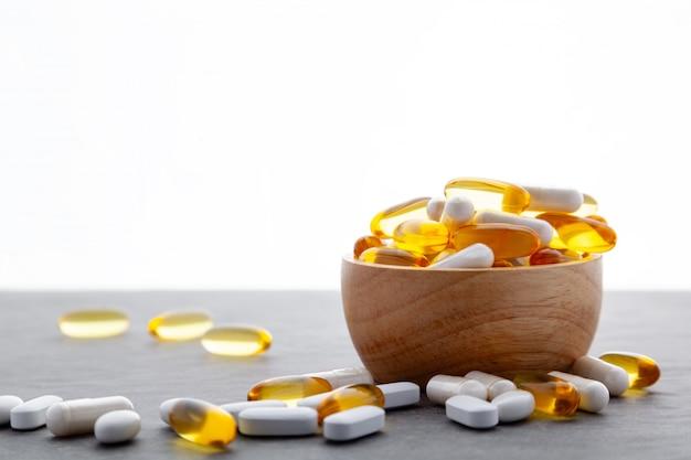 Medicamento farmacêutico de variedade em uma tigela de madeira