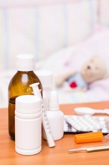 Medicamentos cama infantil com um brinquedo macio
