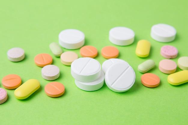 Medicamentos comprimidos, drogas e antibióticos. medicina e cuidados de saúde.