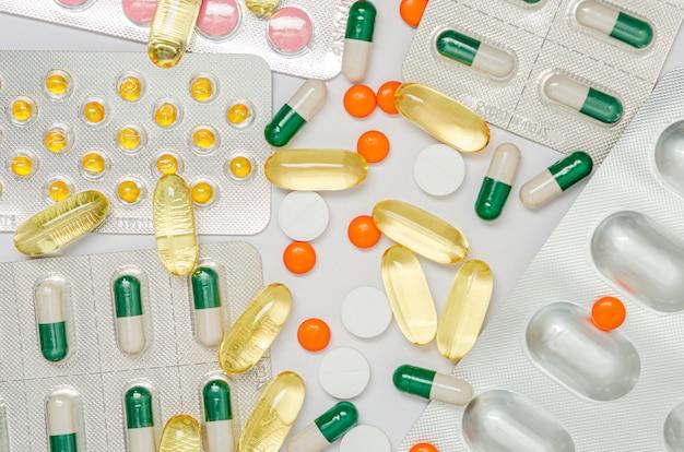 Medicamentos (comprimidos) em segundo plano. formação médica.