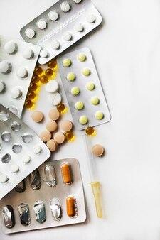 Medicamentos em embalagens, isolados em um fundo branco