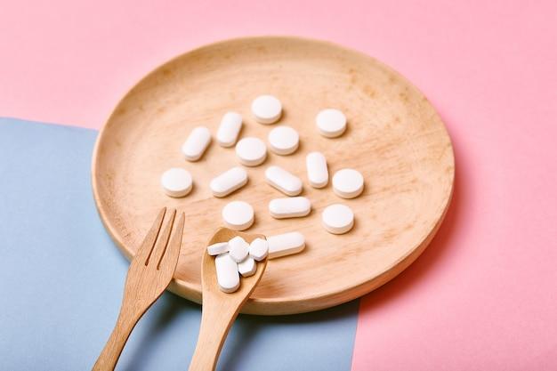 Medicamentos farmacêuticos diversos, tomando muitos comprimidos de medicação na colher