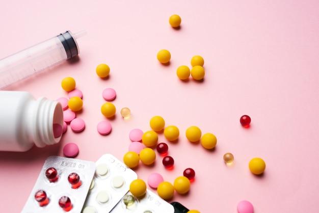 Medicamentos multicoloridos, vitaminas, antibióticos, farmacêuticos, ajudam Foto Premium