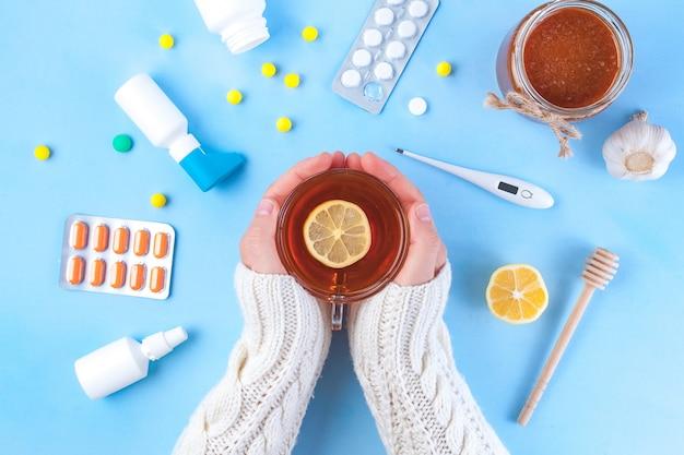 Medicamentos, pílulas, termômetro, medicina tradicional para o tratamento de resfriados, gripe, calor. manutenção da imunidade. doenças sazonais. vista do topo. lay plana de medicina