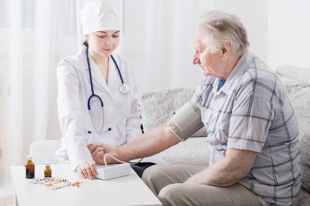 Medição da pressão em homens idosos