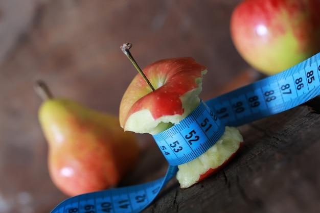 Medição de maçã vermelha mordida