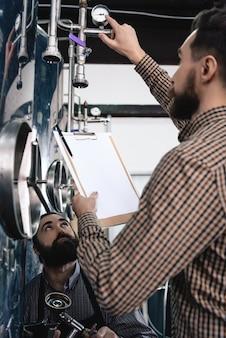 Medição de pressão de trabalhadores de microbrewery.