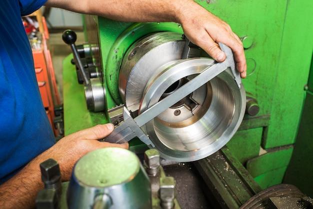 Medição do diâmetro nas peças da máquina