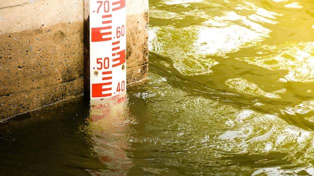 Medição do nível de água na barragem