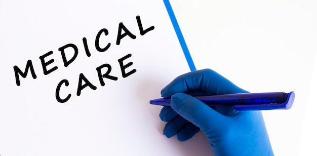 Médicas com uma luva médica fazendo uma inscrição em um documento