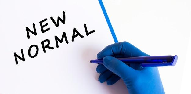 Médicas entregando uma luva médica fazem uma inscrição novo normal em um documento