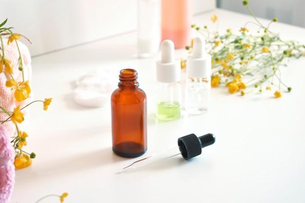Medicina alternativa. folhas de ervas medicinais, uma garrafa em um fundo branco.