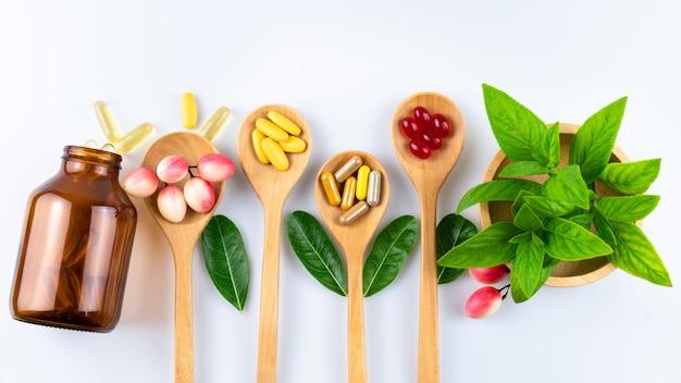 Medicina alternativa, vitaminas e suplementos de natural sobre madeira