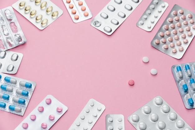 Medicina comprimidos vitaminas em cima da mesa no grupo.