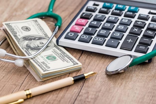 Medicina e saúde. notas de dólar e estetoscópio