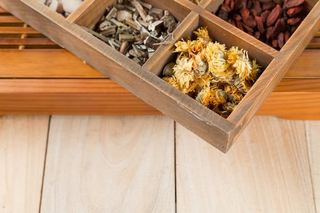 Medicina herbal chinesa em caixa