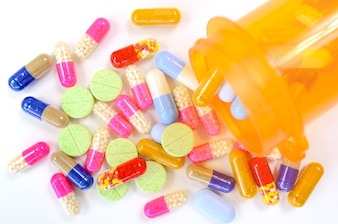Medicina na garrafa protegida luz. Cápsulas em garrafa laranja. Reencha o conceito de prescrição.