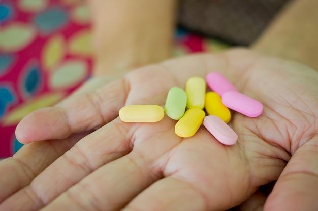 Medicina na mão, comer remédio, sentir-se doente, comer droga, conceito de saúde