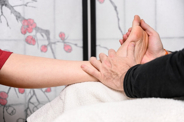 Medicina natural, reflexologia massagem nos pés acupressão.