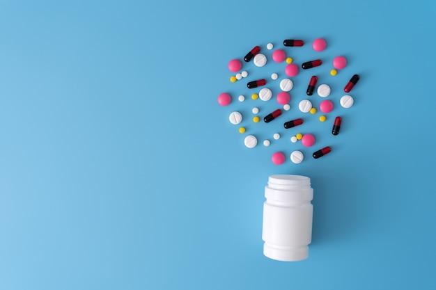 Medicina pílulas no fundo azul espaço para texto para texto assorted farmacêutica healthy eating, lifes