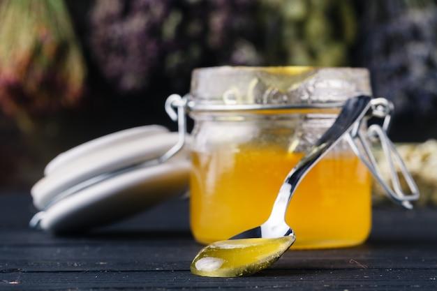 Medicina popular com conceito de mel e ervas medicinais