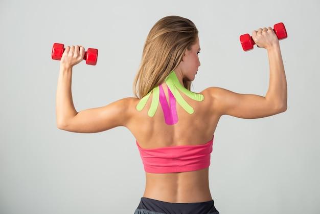 Medicina terapêutica no pescoço de uma jovem mulher