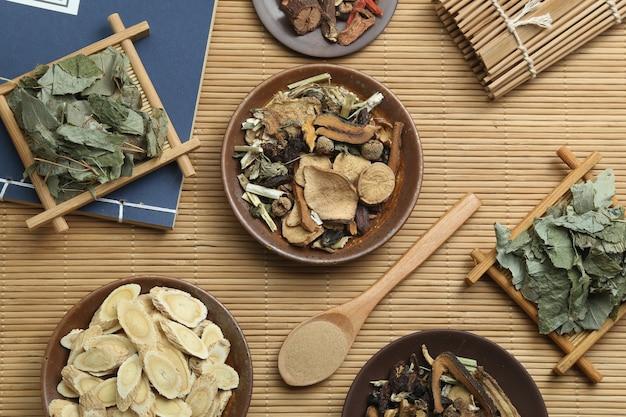 Medicina tradicional chinesa e livro médico antigo sobre bambu