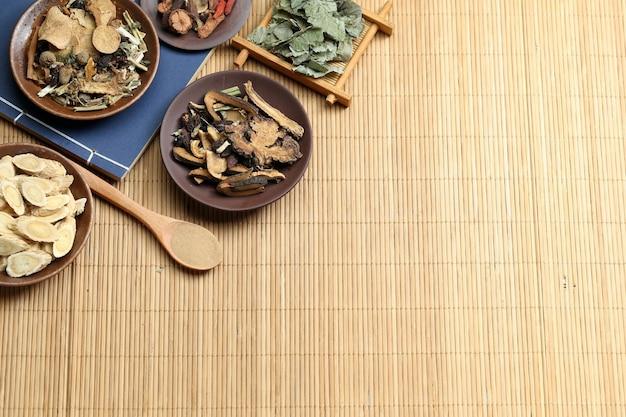 Medicina tradicional chinesa na mesa de bambu