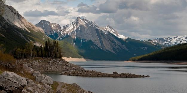 Medicine lake, com, montanha, em, fundo, jasper parque nacional, alberta, canadá