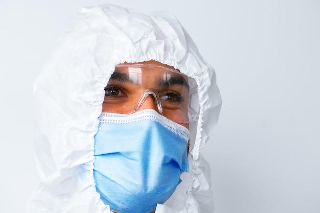 Médico afro-americano com vestido de proteção médica e máscara em fundo branco