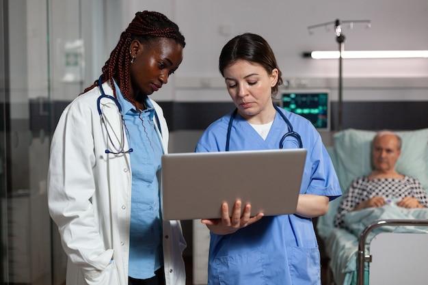 Médico afro-americano especialista em saúde e assistente