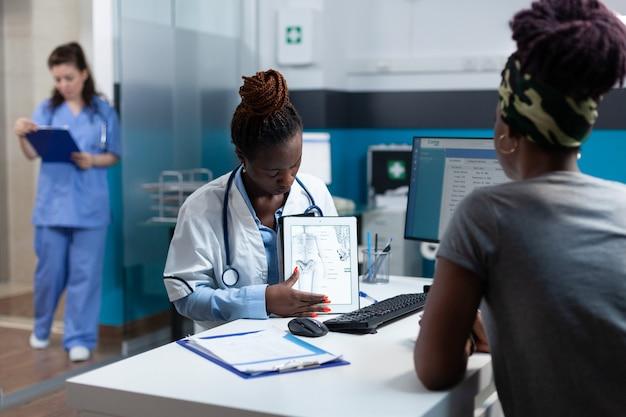 Médico afro-americano explicando experiência em radiologia