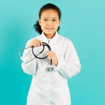 Médico afroamerican pequeno que guarda o estetoscópio