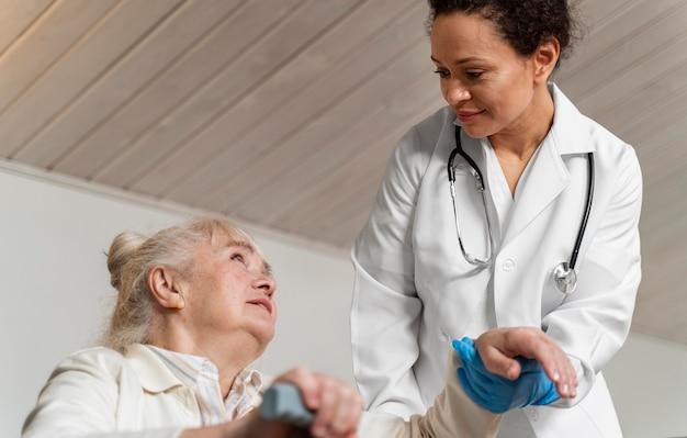 Médico ajudando seu antigo paciente a se levantar