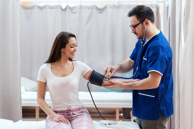 Médico ajudando seu paciente.