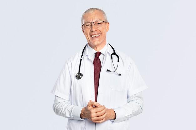 Médico alegre em um retrato de vestido branco
