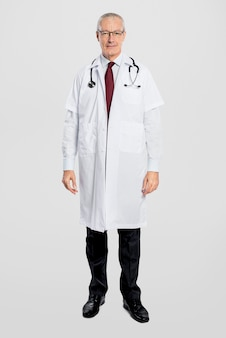 Médico alegre em um vestido branco de corpo inteiro