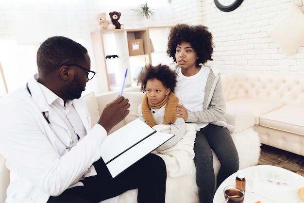 Médico americano africano, explicando, para, mãe, com, criança doente