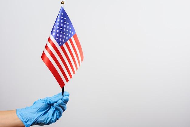 Médico americano segurando a bandeira nacional dos eua